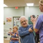 Idoso com artrite precisa fazer exercícios.