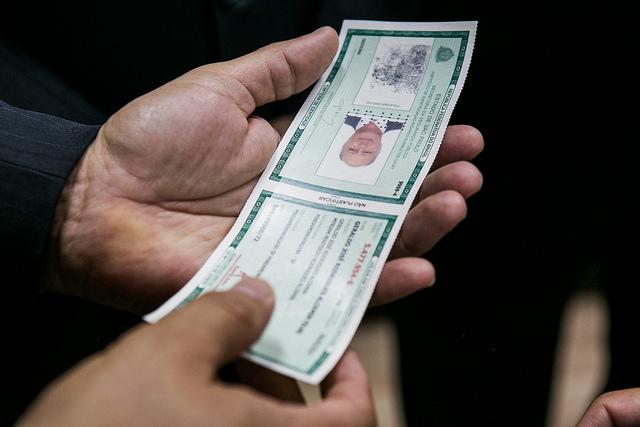 idoso renovando carteira de identidade
