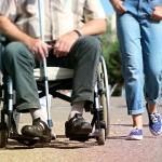 Idoso em cadeira de rodas