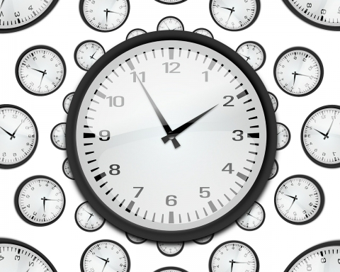 Idoso faz desenho do relógio