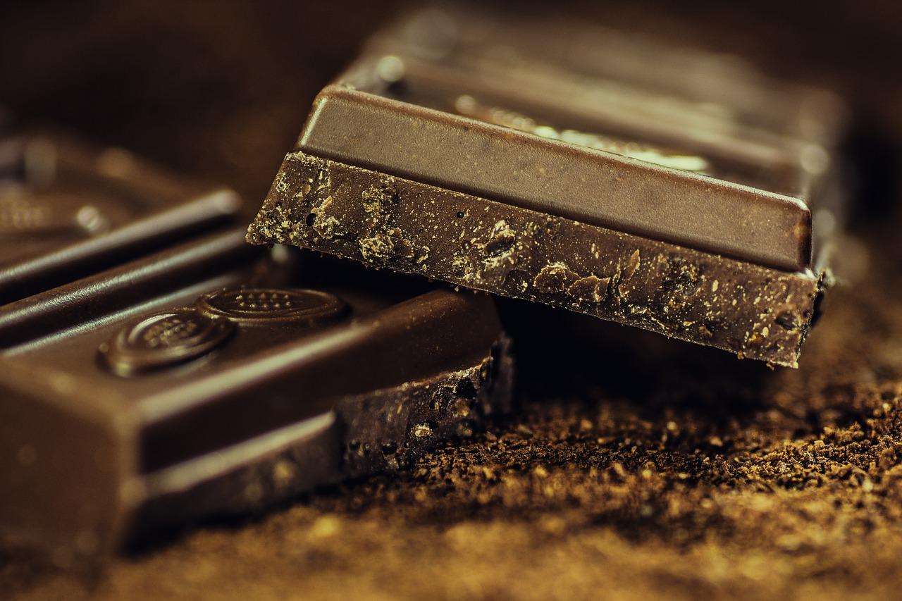 terceira idade comendo chocolate