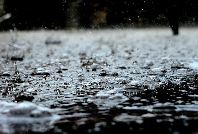 evitar quedas em dias de chuva